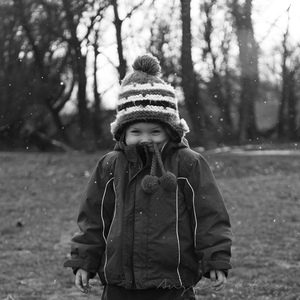 kislány, tél, havazás, családfotó, szentendre