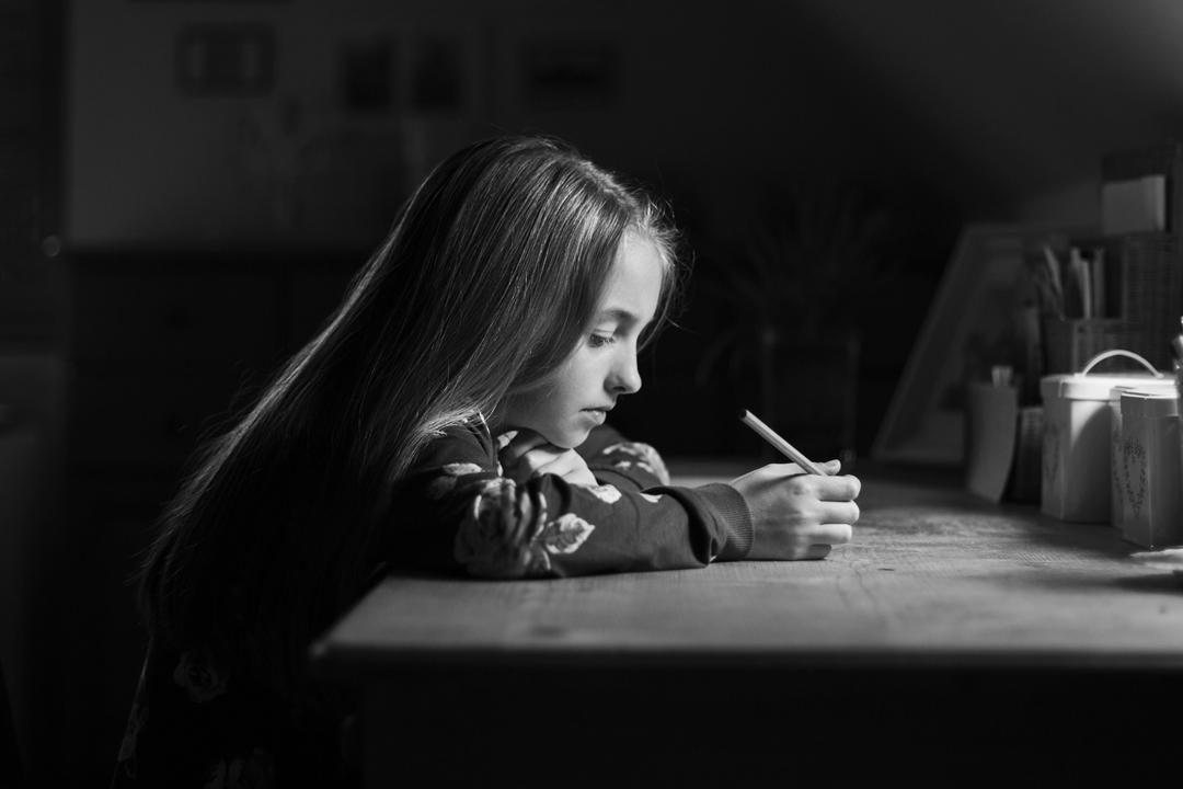 gyerekfotó, író kislány íróasztalnál