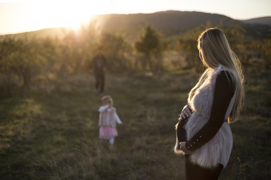 Szentendre, kismamafotó, családfotó, szabadtéri fotózás, naplemente, szabadtér
