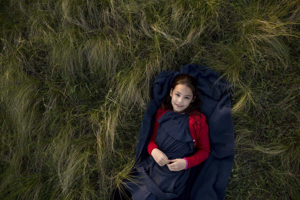 kislány, mező, fűben fekszik, szabadtéri fotózás, gyerekfotó, családfotó