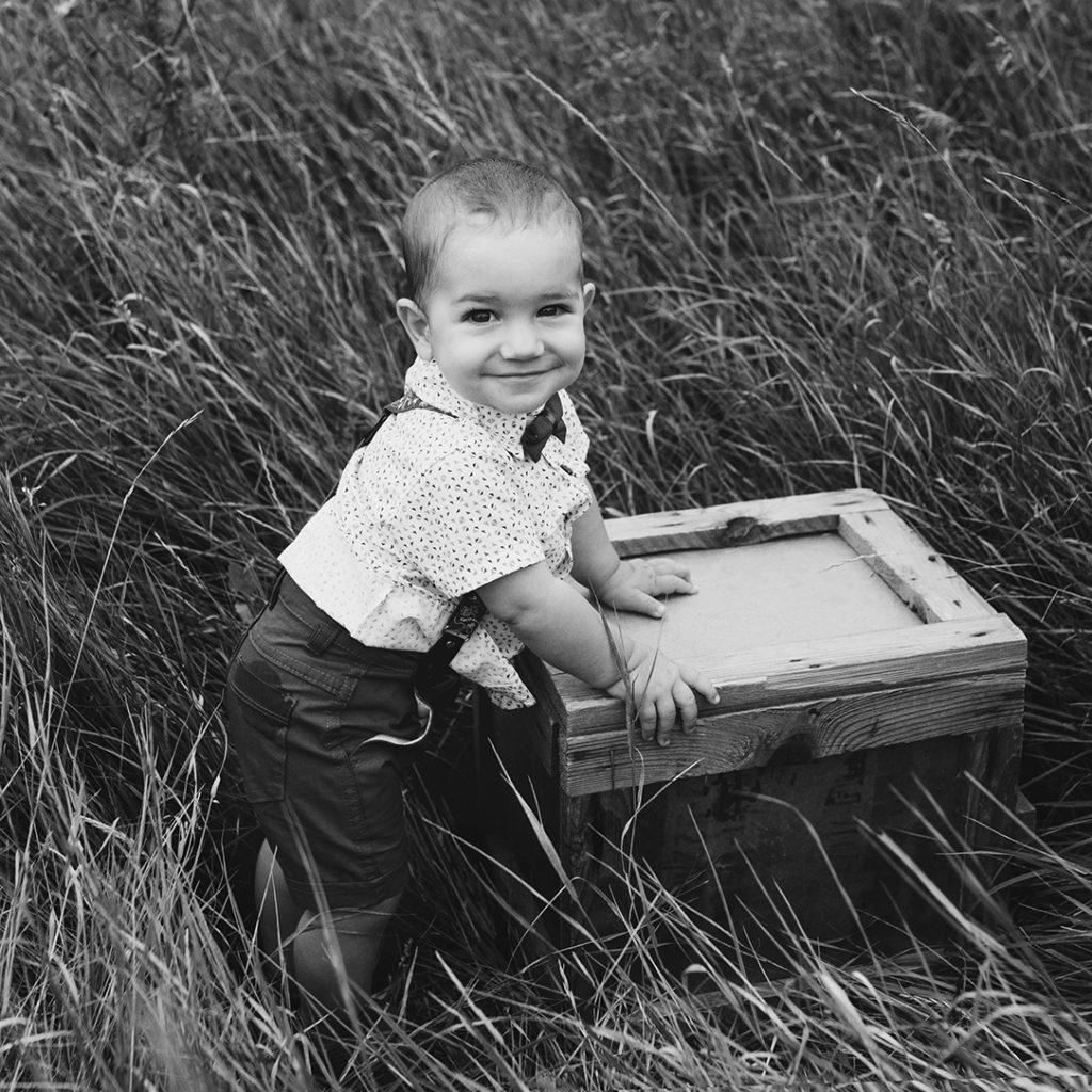 kisfiú, gyerekfotó, családfotó, szabadtér