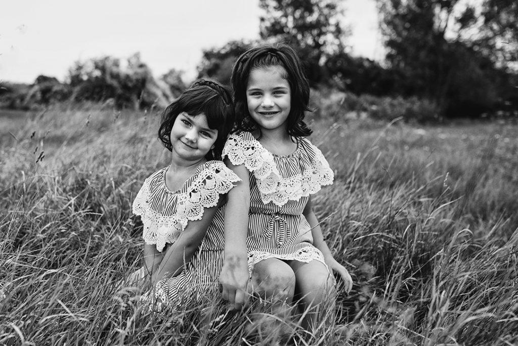 kislányok, testvérek, gyerekfotó, szabadtér, családfotó
